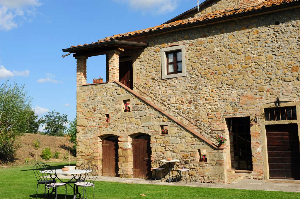 Il sasso farmhouse is in tuscany at anghiari among the for Case in pietra